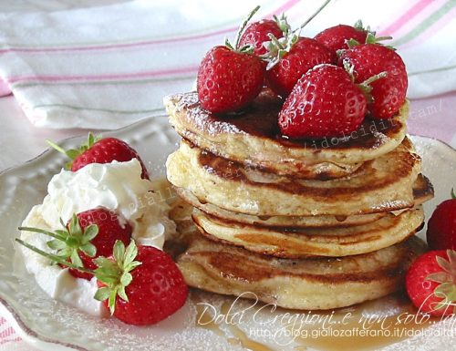 Pancakes allo yogurt greco e fragole