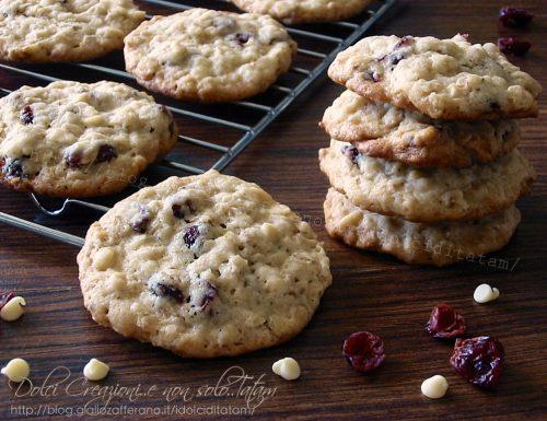 Biscotti con mirtilli rossi, fiocchi d'avena e cioccolato bianco