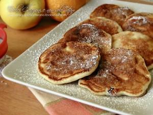 Pancakes leggeri alle mele e mirtilli