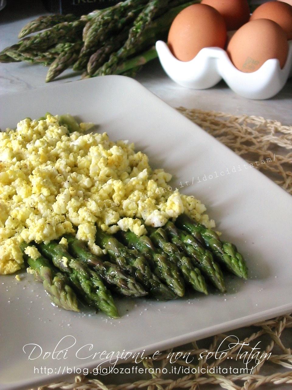 Mimosa di uova e asparagi verdi