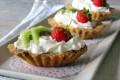 Barchette dolci ripiene con panna e frutta