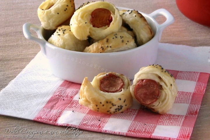 Rustici di pasta sfoglia con wurstel, finger food