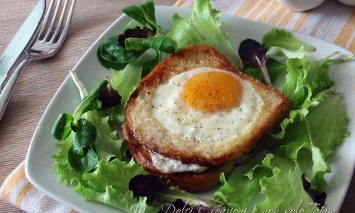 Toast con uovo all'occhio di bue al suo interno