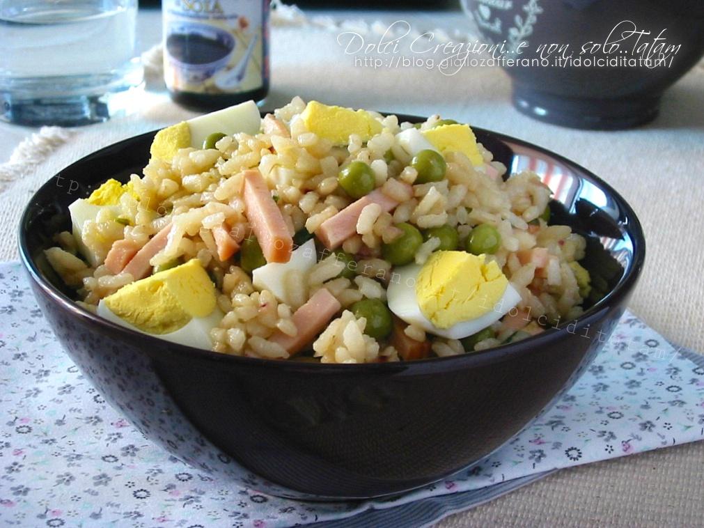 Insalata di riso alla salsa di soia, con tacchino, piselli e uova