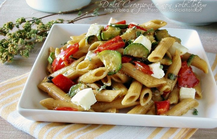 Pasta fredda tricolore con zucchine, peperoni e mozzarella