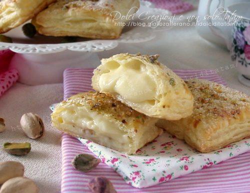 Dolcetti di pasta sfoglia ripiena con crema e pistacchi