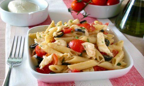 Insalata di pasta fredda con pomodorini e sfilacci di mozzarella