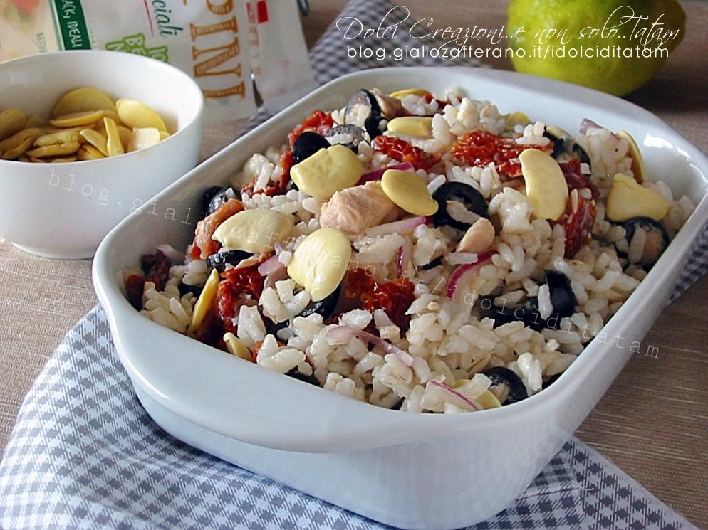 Insalata di riso con tonno, pomodori secchi e cipolle di Tropea