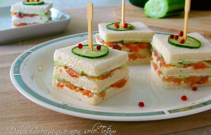 Tramezzini sfiziosi al salmone e cetrioli, finger food