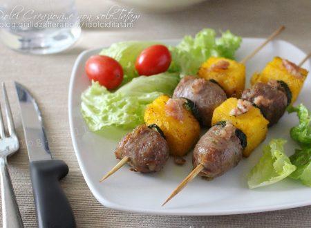 Spiedini di polenta e salsiccia, ideali come antipasto o finger food.