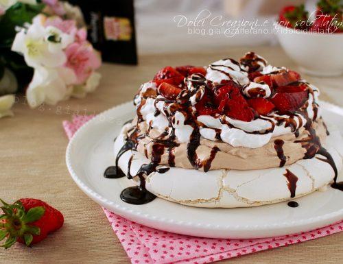 Torta meringata fragole e panna, nutella e salsa al cioccolato