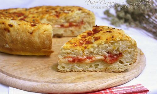 Torta salata morbida ripiena, pomodoro e mozzarella