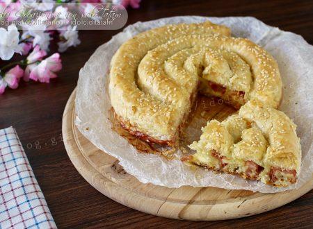Torta salata di pasta sfoglia ripiena a spirale, con video ricetta