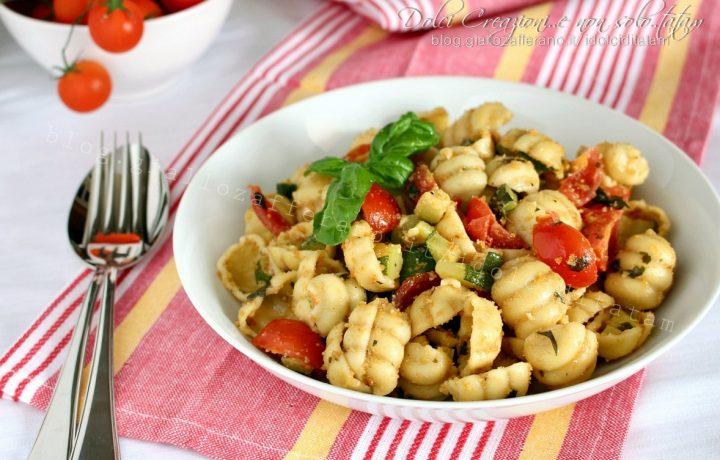 Pasta fredda con zucchine al pesto e pomodorini