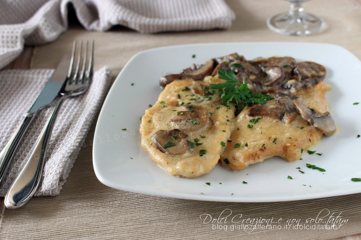Scaloppine di petto di pollo al latte con i funghi, cremose e gustose