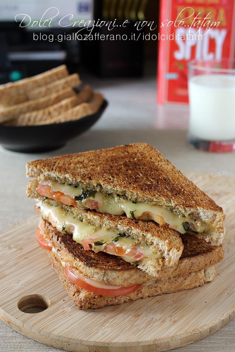 Toast al pesto con pomodoro e formaggio filante