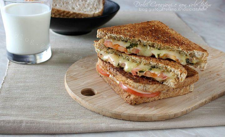 Toast al pesto con pomodoro e formaggio filante, pronto in 10 minuti!
