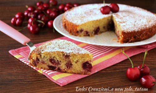 Torta soffice con le ciliegie, al sapore di mandorle. Con video ricetta