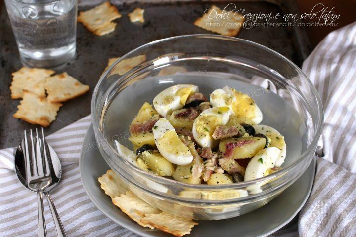Insalata di patate con sgombro, cipolle stufate, uova sode e limone