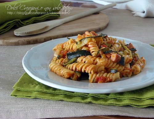 Pasta al sugo con zucchine e wurstel
