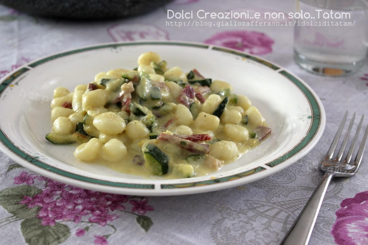 Ricette Con Gnocchi E Speck.Gnocchi Cremosi Speck E Zucchine Alla Robiola E Senza Panna