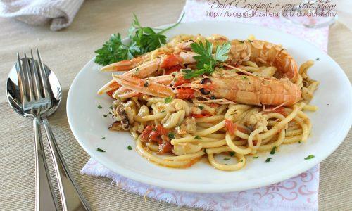 Pasta con gli scampi, seppie e pomodorini
