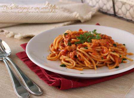 Spaghetti con sugo al tonno, facili e saporiti, pronti in 10 minuti.