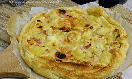 Torta salata con patate e scamorza, arricchita con prosciutto e stracchino