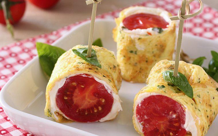 Involtini di frittata freddi con robiola e pomodorini, finger food
