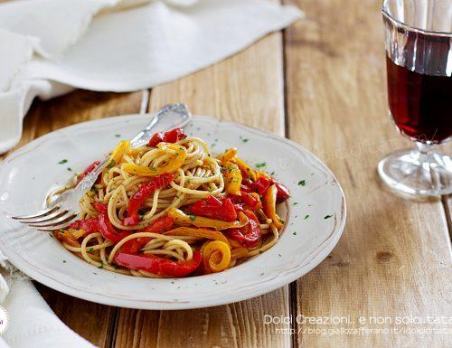 Pasta con i peperoni, aglio, olio e acciughe