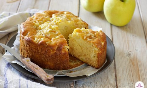 Torta soffice di mele con confettura e pinoli