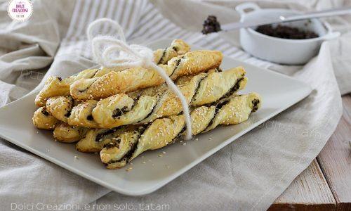 Grissini di pasta sfoglia alle olive nere, con passo passo fotografico.