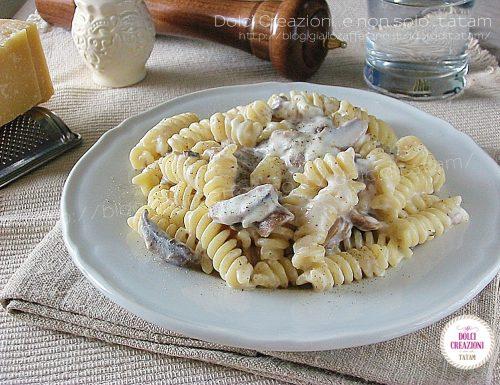 Pasta con i funghi e stracchino, cremosa e ricca di sapore