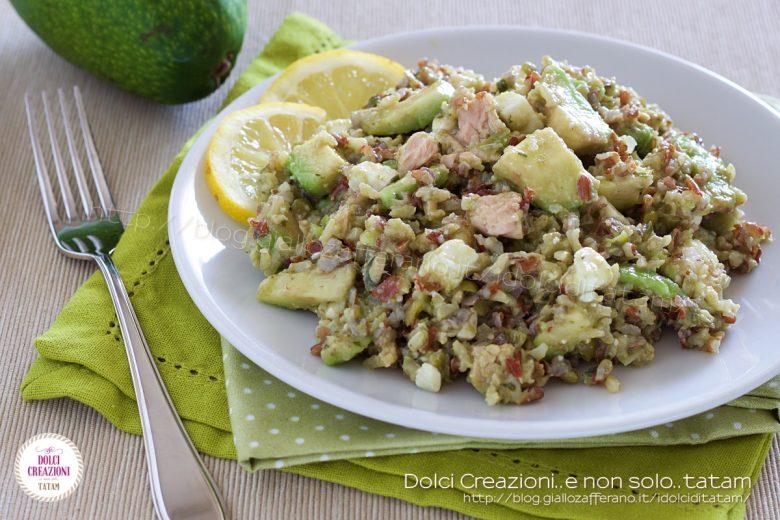 Insalata di riso rosso con tonno e avocado