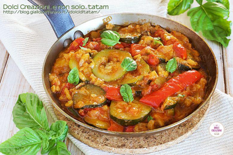 Contorno mediterraneo con verdure di stagione e basilico fresco
