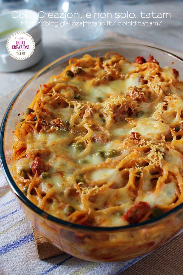 Timballo di spaghetti salsiccia e piselli