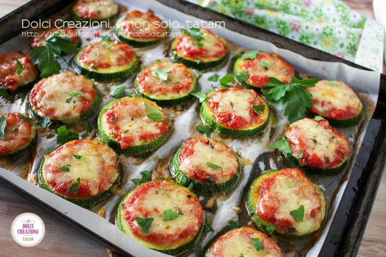Pizzette di zucchine al forno, pomodoro e mozzarella e VIDEO RICETTA
