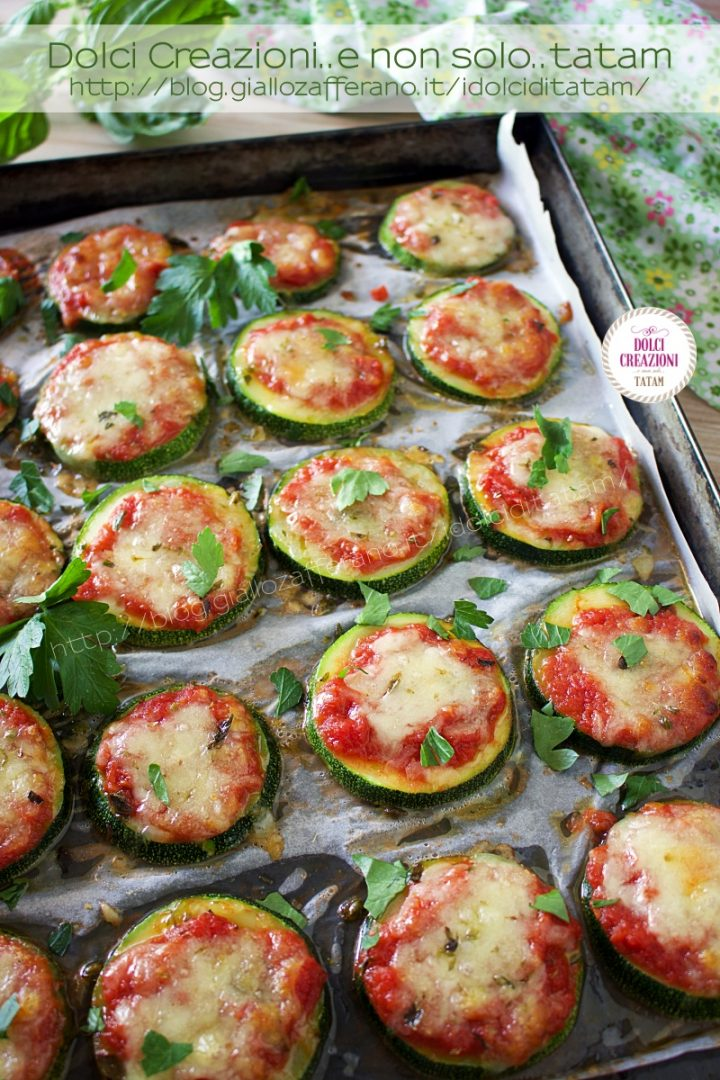 Pizzette di zucchine al forno, pomodoro e mozzarella