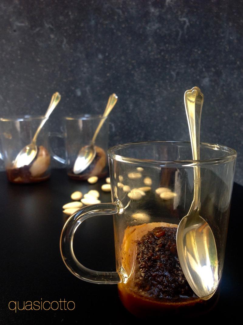Pesche agli amaretti, cacao e mandorle