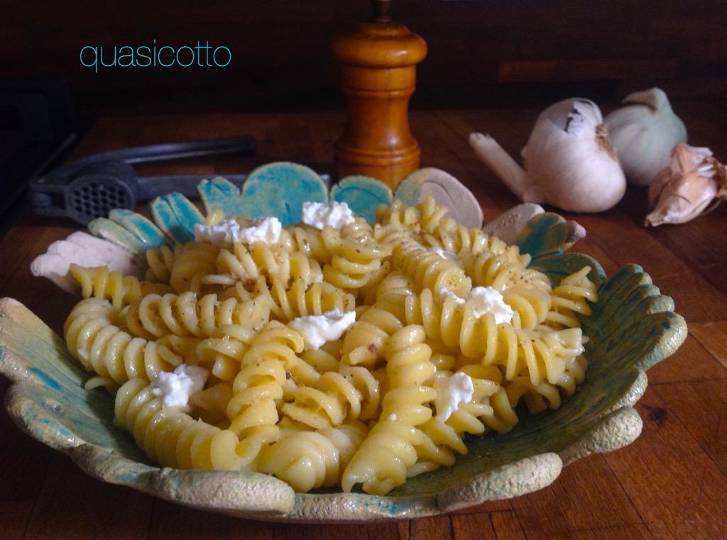 Pasta aglio, olio, ricotta e acciughe