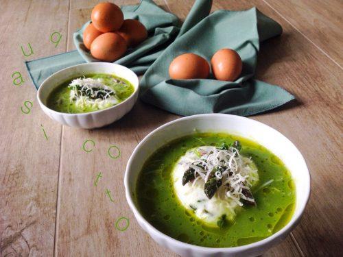 Uovo in forma in zuppetta di asparagi