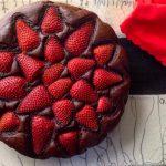 Torta con colomba, fragole e cacao