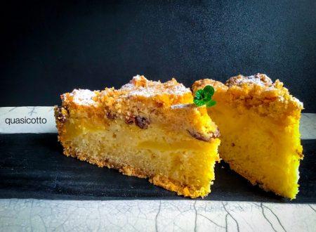 Torta soffice di mele e uvetta con crumble