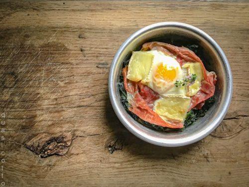 Spinaci in teglia con uova e prosciutto