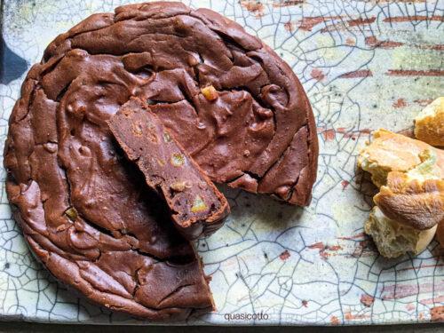 Torta di pane raffermo con cacao e amaretti