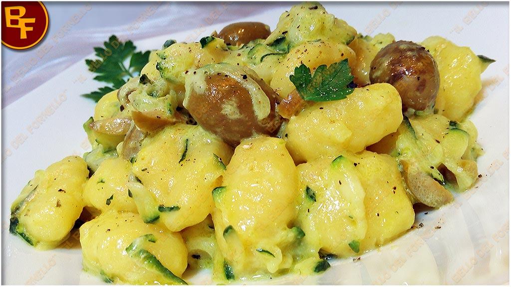 Gnocchi di patate con crema di zucchine olive e curcuma