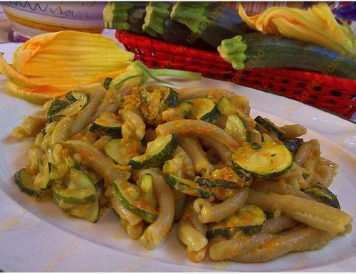 Caserecce con crema di zucchine e fiori di zucca
