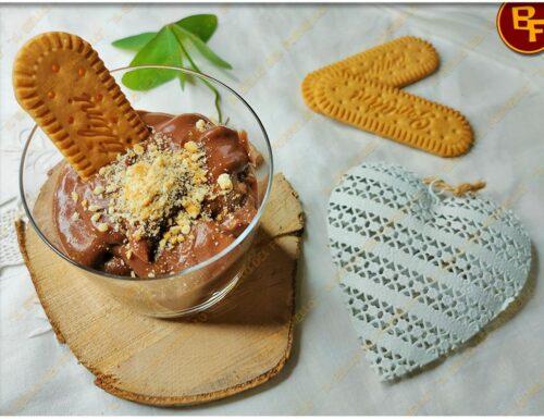 Coppette di crema al cioccolato senza lattosio e biscotti