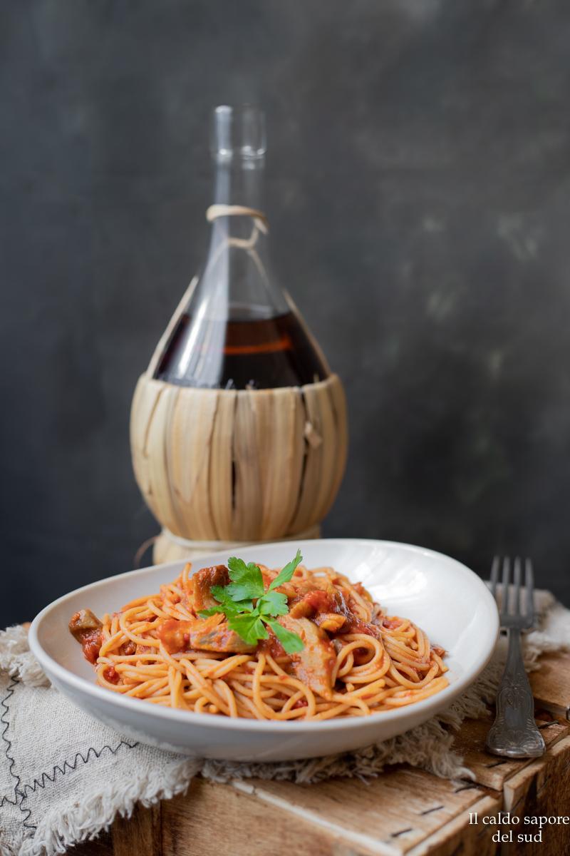 Un sugo rosso  originale, saporito e sfizioso, l'ideale per condire un buon piatto di pasta e io ho scelto degli spaghetti integrali, che tengono bene la cottura, sono ricchi di fibre, hanno un basso indice glicemico e sono più salutari.