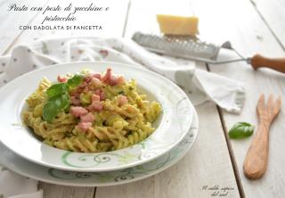 Pasta al pesto di zucchine e pistacchio con pancetta